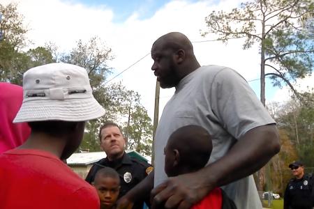 外でバスケしている音がうるさいと通報を受けた警官が注意せずそのままバスケに参加